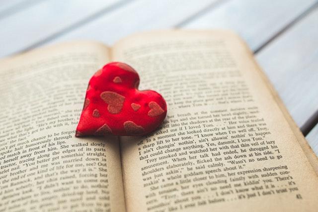 corazon de lana sobre libro abierto