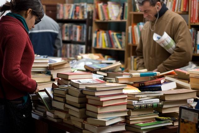 Personas en una biblioteca viendo varios libros