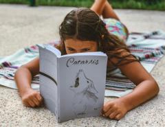 Niña leyendo el libro Catarsis